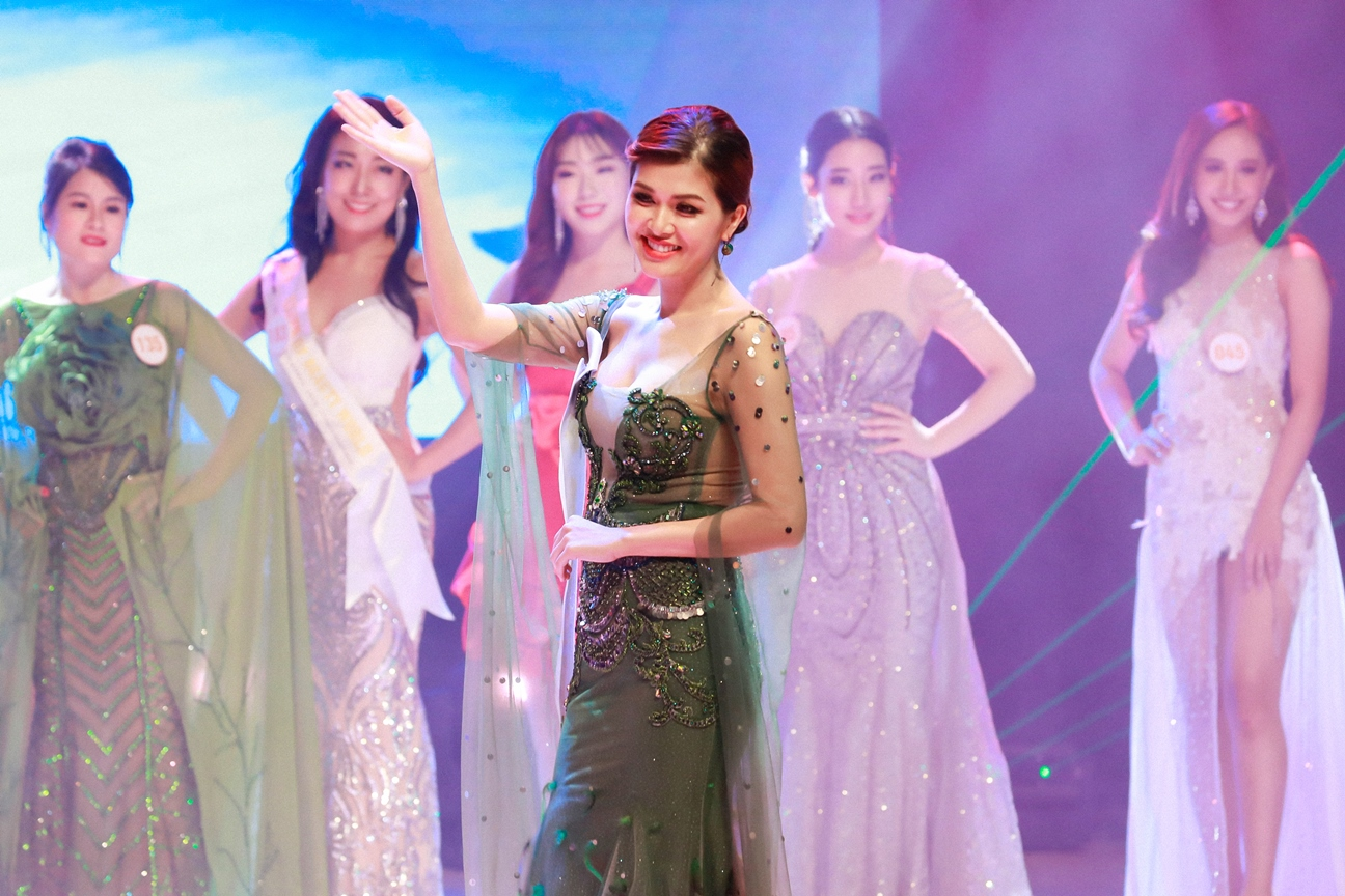 Oanh Yến đăng quang Queen of Beauty World 2019